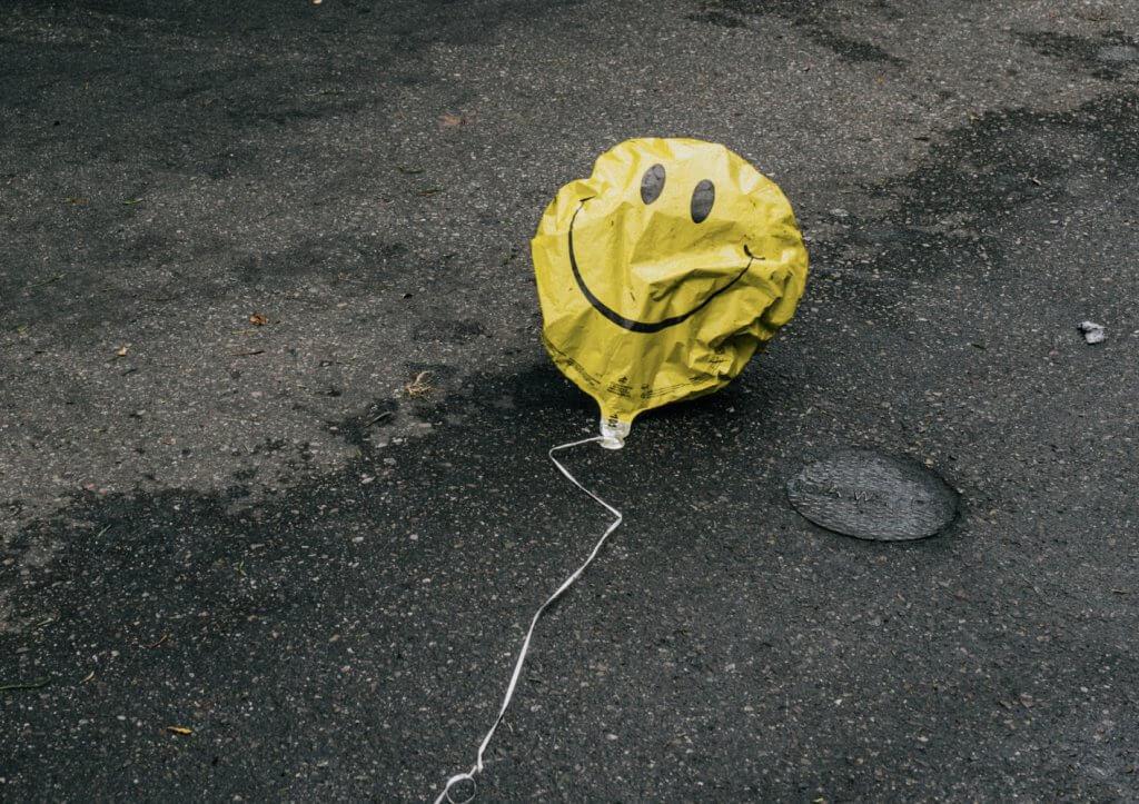 Balão Amarelo Murcho com Desenho de Sorrizo