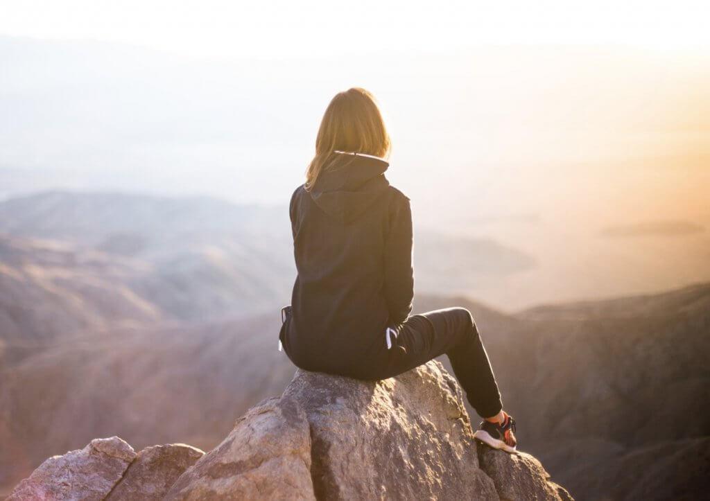 imagem relaxante de mulher na natureza olhando orizonte